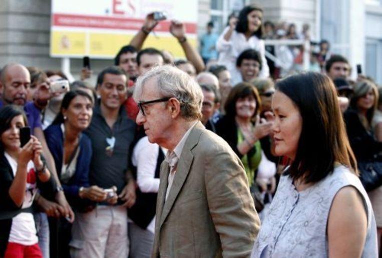 Woody Allen met zijn vrouw op de première van You Will Meet A Tall Dark Stranger in Spanje. ANP Beeld