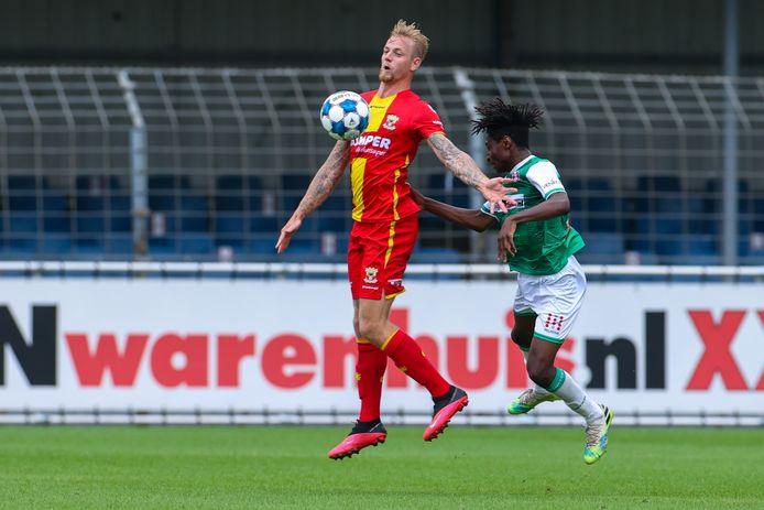 Kevin van Kippersluis namens Go Ahead Eagles in duel met Matthew Bondswell van FC Dordrecht