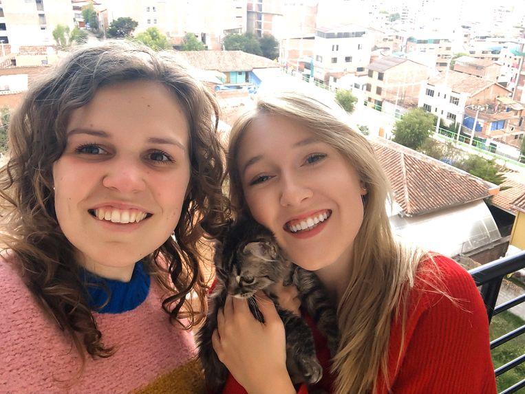 De studentes toegepaste psychologie Fran De Nyn (links) uit Wilrijk en Selena Ali (rechts) uit Stabroek zitten al sinds zondag in quarantaine in de Peruaanse stad Cuzco.