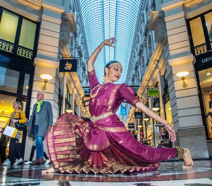 Poernima Gobardhano, talent in de Indiase danswereld, in een gracieuze pose in De Haagse Passage