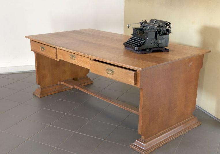 Het bureau, met een typemachine die de Duitse bezetter gebruikte. Beeld peter jager