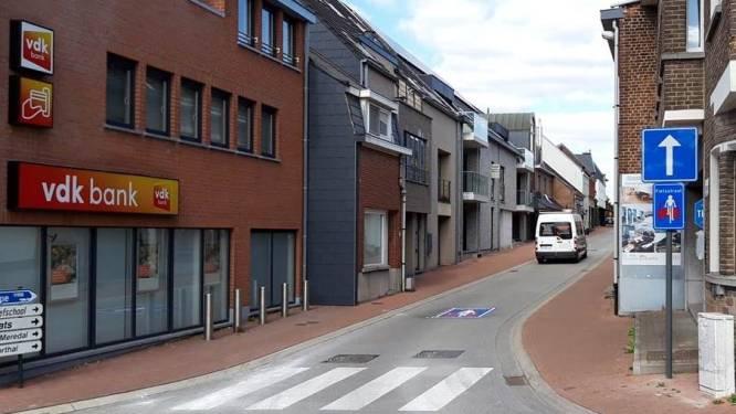 Nieuwstraat krijgt bloembakken om te vermijden dat automobilisten fietsers inhalen via voetpad