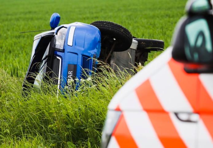 Auto te water op landweg bij Numansdorp.