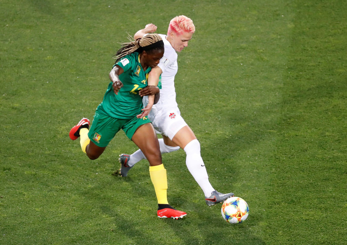 Sophie Schmidt (r) in duel met Claudine Meffometou.