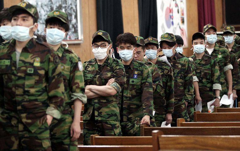 Zuid-Koreaanse militairen dragen maskers ter bescherming tegen het virus dat al aan vier mensen het leven kostte.
