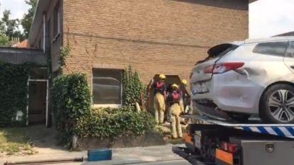 Enorme ravage: auto rijdt achteruit en knalt door gevel