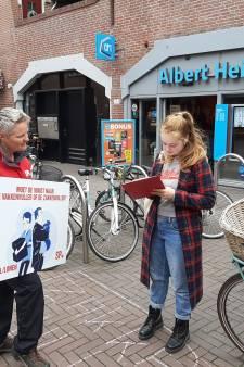 Bij de Albert Heijn in Apeldoorn zien ze SP'ers liever vertrekken, terwijl die er juist staan om hen te steunen