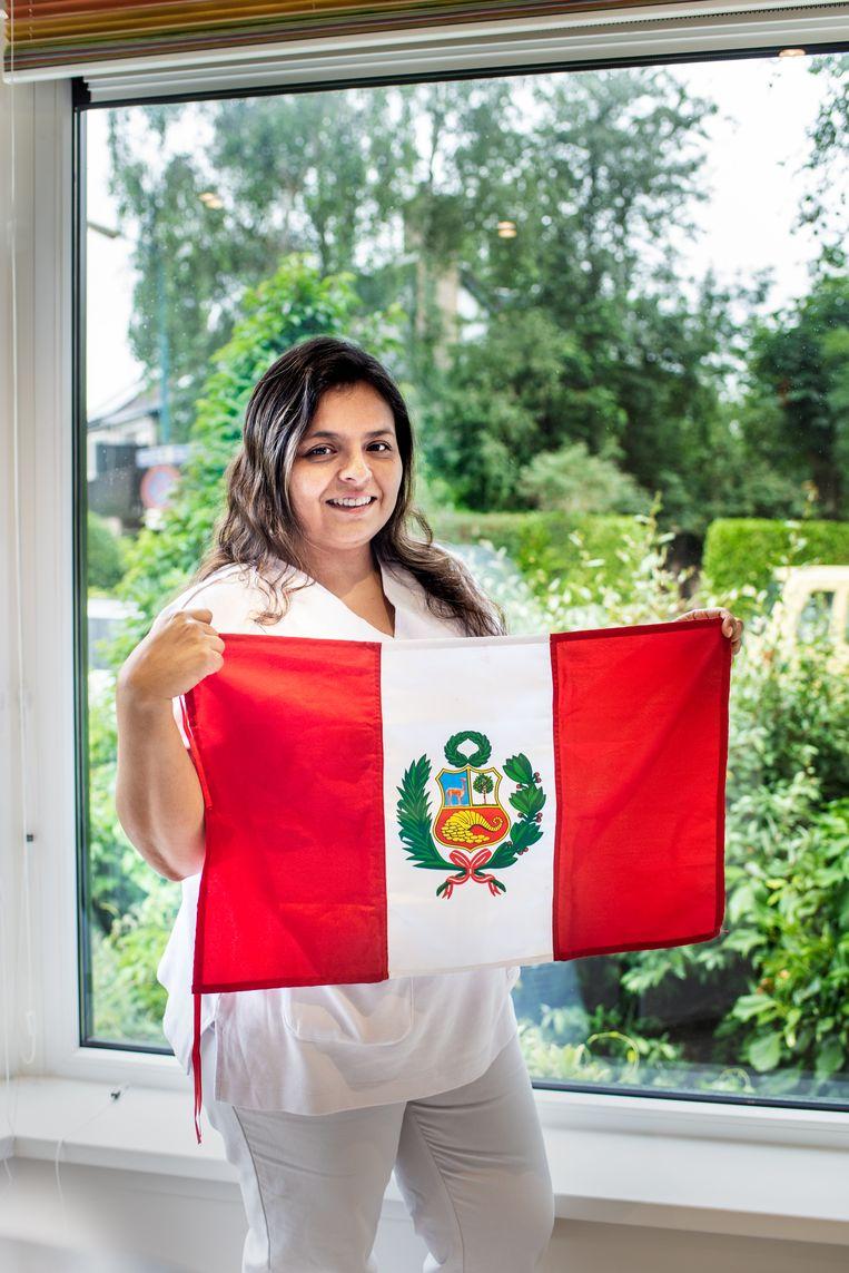 Patricia Rios Mantilla-Goedendorp met de Peruaanse vlag. Beeld Simon Lenskens