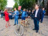 Fietskoerier Karen Poot overhandigt bidbook aan NPO