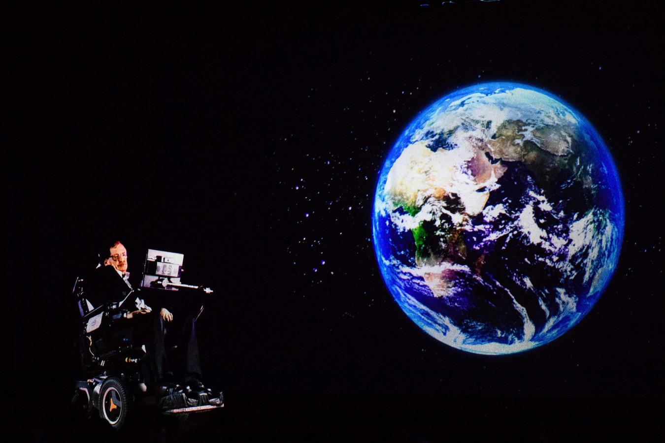 Een presentatie van Stephen Hawking, die hier in een hologram op het podium verschijnt.