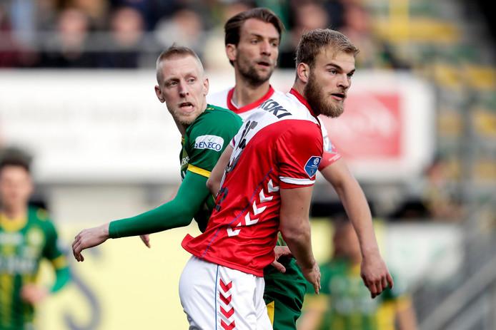 Timo Letschert in duel met Lex Immers, met Willem Janssen op de achtergrond.