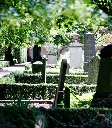 Eindhovenaar (22) opgepakt voor openen kindergraf en diefstal van urnen