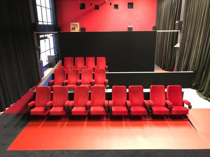 De nieuwe bioscoopzaal van Bio Vakantieoord in Arnhem, met onder meer oude stoelen uit de 'Blikken Bioscoop'.