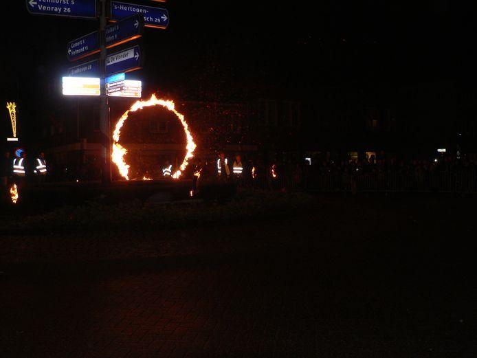 Een vuurshow op een rotonde in Boekel.