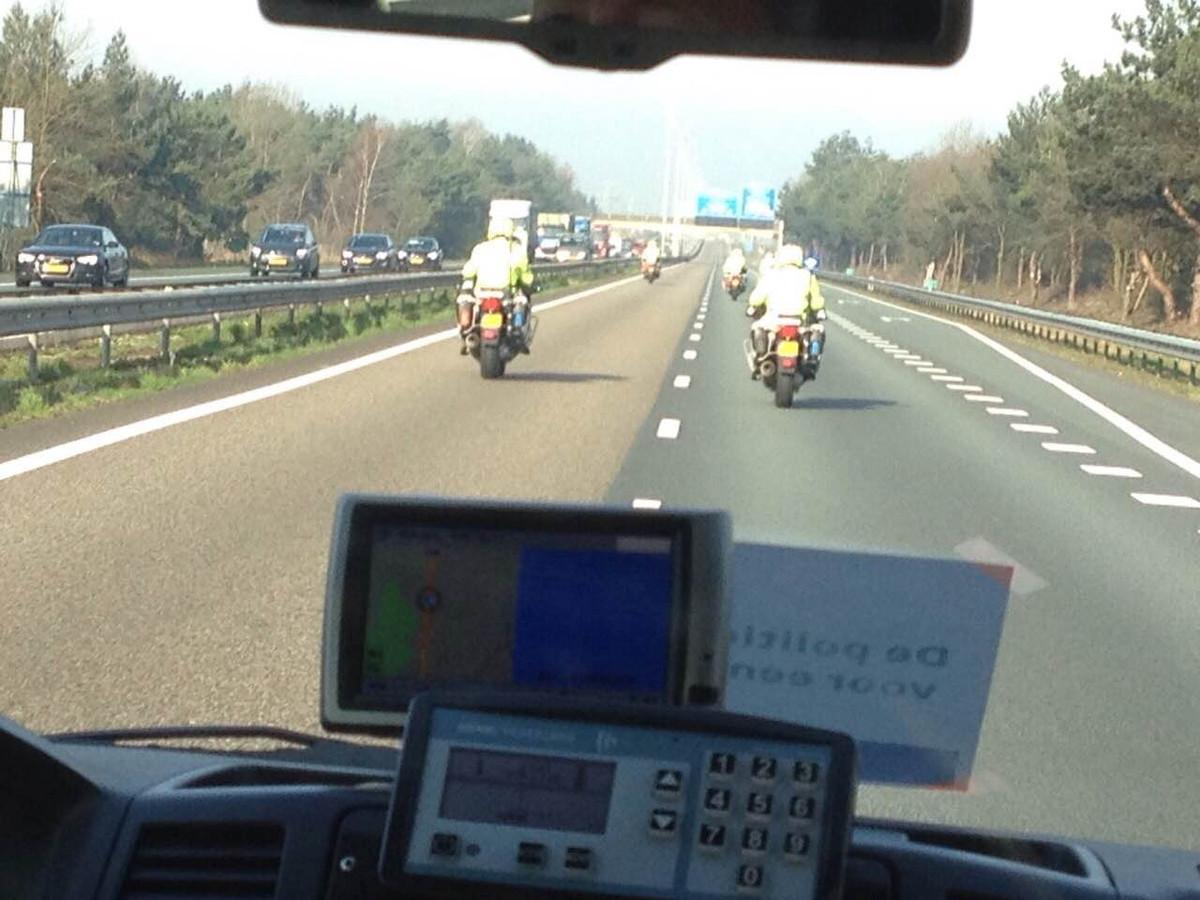 Politie voert actie met een langzaamaanactie op de snelweg voor betere cao.