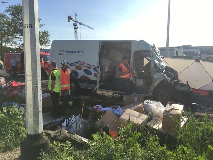 De bestelwagen vervoerde onder meer schoenen en papier. De politie onderzoekt of hij te zwaar geladen was.