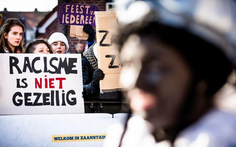 Demonstranten en een Zwarte Piet tijdens de landelijke intocht van Sinterklaas op de Zaanse Schans in 2018. Beeld ANP