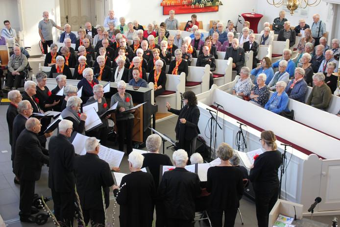 Een optreden van een koor, eerder in de Nicolaaskerk in Heino.