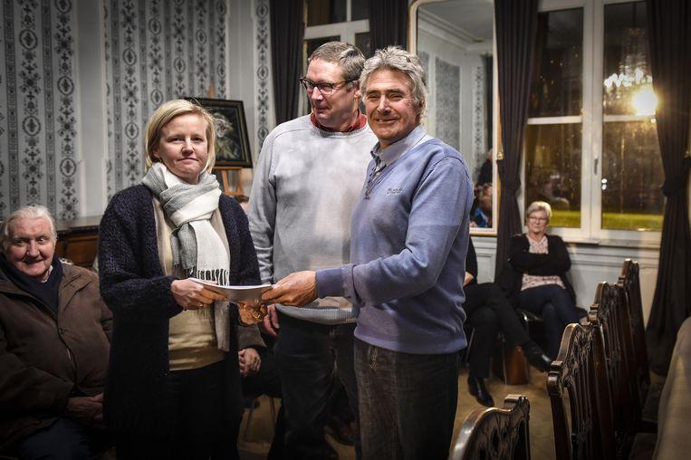 Buurtbewoners overhandigen de petitie tegen zachte bermen aan burgemeester Katja Gabriels.