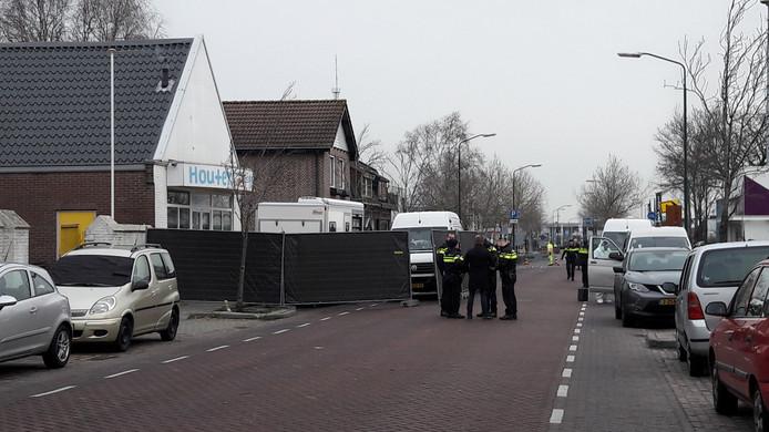 Politie doet onderzoek in de Jan de Rooijstraat in Kaatsheuvel, waar de 64-jarige vrouw dood in haar voortuin werd aangetroffen.