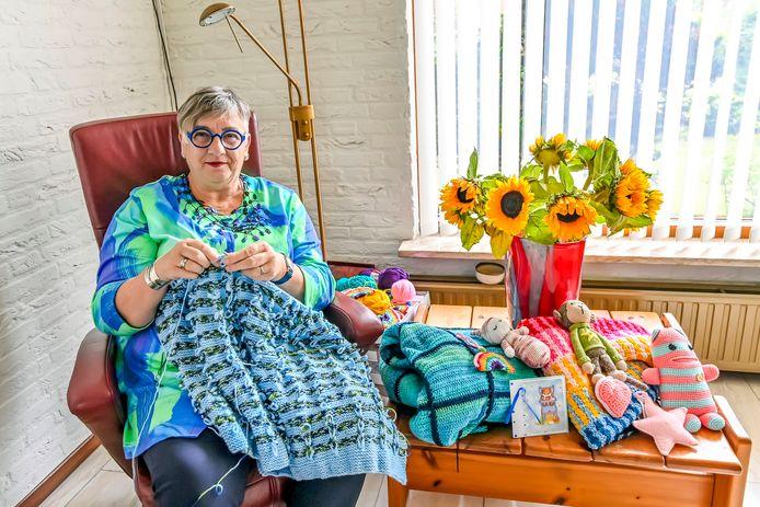 Eely-Janna Tuyl maakt troostdekentjes voor zieke kinderen.