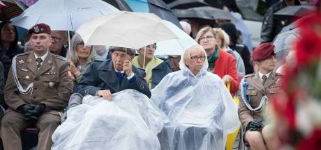 Herdenkers trotseren regen op Polenplein