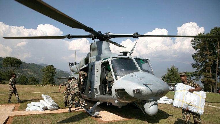 Een helikopter van het Amerikaanse korps mariniers brengt rijst naar door de aardbeving getroffen afgelegen gebieden. Beeld anp
