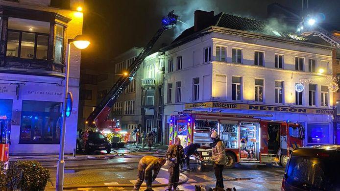 De brandweer is druk in de weer in de Sint-Jacobsnieuwstraat.