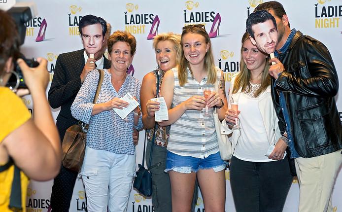 Ladies night bij Pathe in Breda met voorvertoning van de nieuwe Bridget Jones film. De gasten konden onder andere op de foto met twee knappe mannen, die bij wijze van verrassing een portret van de twee mannelijke hoofdrolspelers voor hun gezicht hielden.