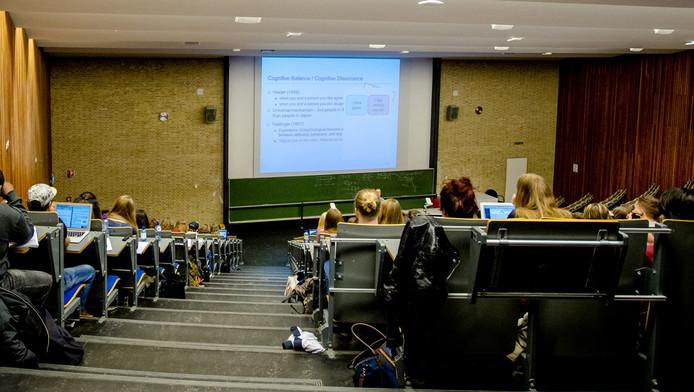 Collegezaal van de Universiteit Tilburg Het is niet bekend of Universiteit Tilburg bij de 8 onderzochte universiteiten zit.