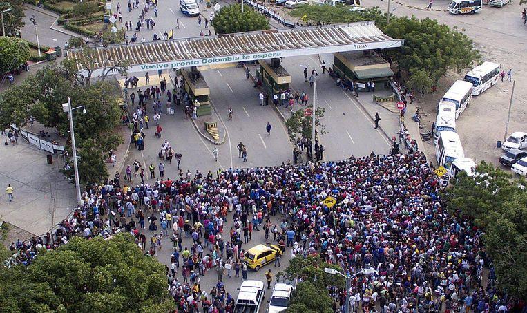 Duizenden Venezolanen proberen Colombia binnen te komen. Beeld Juan Pablo Cohen / EPA