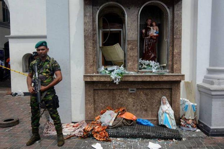 Een militair houdt de wacht voor de St Anthony's Kerk in Kochchikade in Colombo.