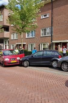 Vrouw wordt onwel en rijdt in op geparkeerde auto's in Goirle