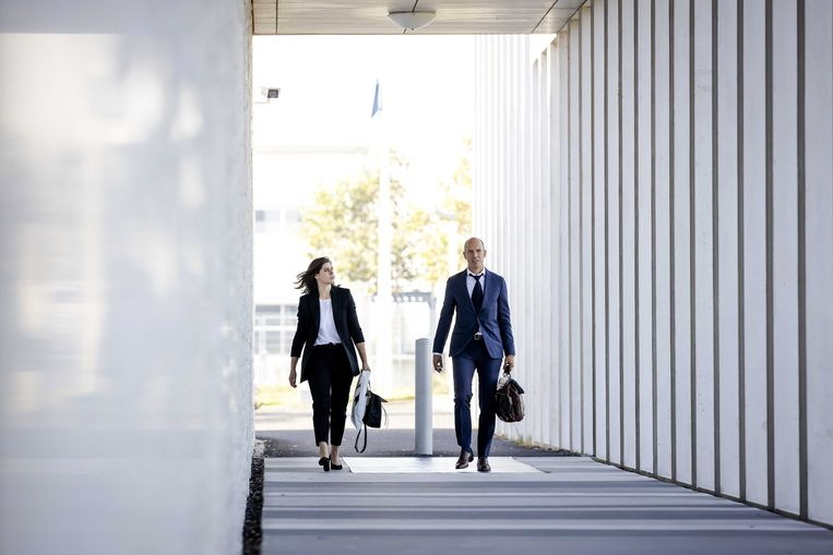 Willem Holleeders advocaten Desiree de Jonge en Sander Janssen arriveren bij de rechtbank op Schiphol. Beeld EPA