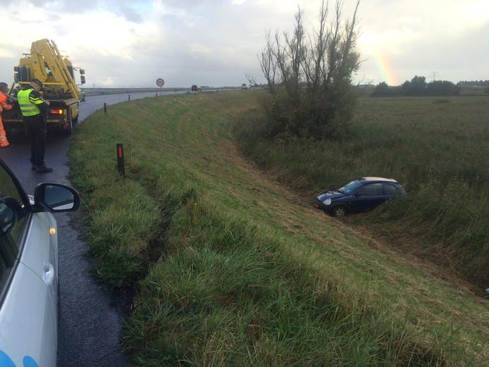 Auto in het riet bij de afrit van de A58.