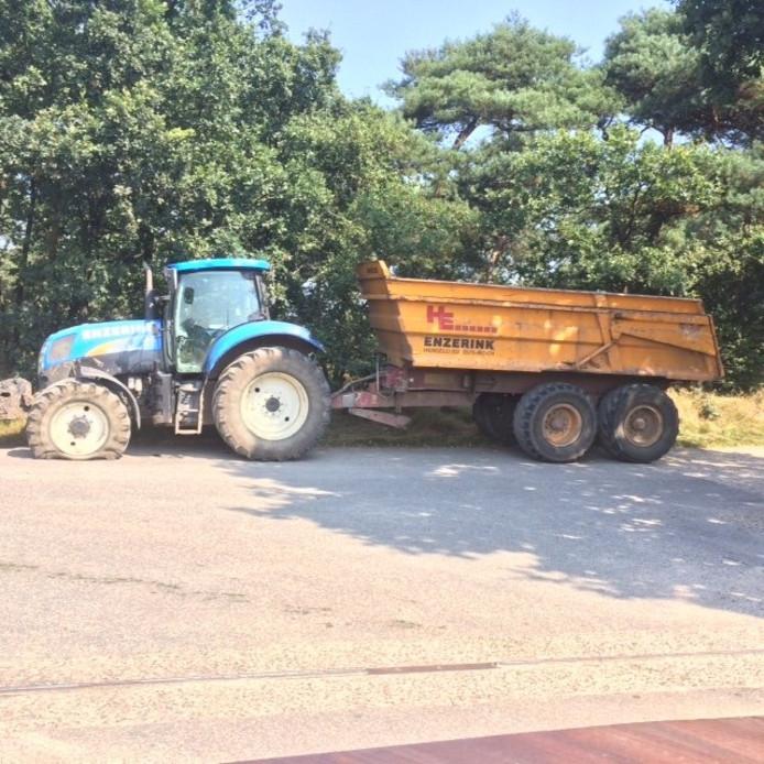 De gestolen tractor met kipper zoals deze werd teruggevonden in Nijmegen: met een lekke voorband.