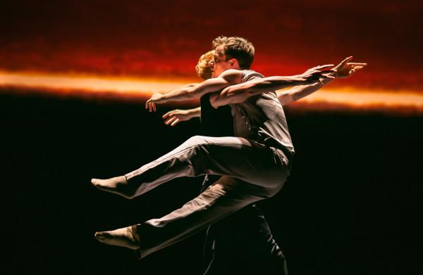 In het sterke oeuvre van de Canadese choreograaf Crystal Pite blijft deze *Partita for 8 dancers* wat achter