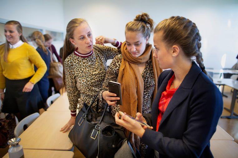 Les op het Hoornbeeck College. Slechts twee van de twintig leerlingen kunnen nog zonder smartphone. Beeld Herman Engbers