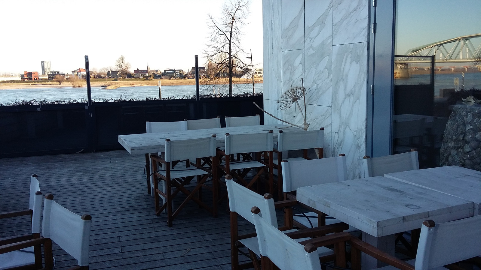 Het nieuwe restaurant Fyrley Foodbar met uitzicht op de Waal. In maart gaat het open.