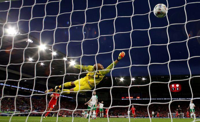Darren Randolph is als doelman van Ierland kansloos op een knal van Gareth Bale.