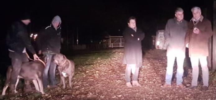 Leden van de familie Derks donderdagavond, vergezeld van twee hondengeleiders.