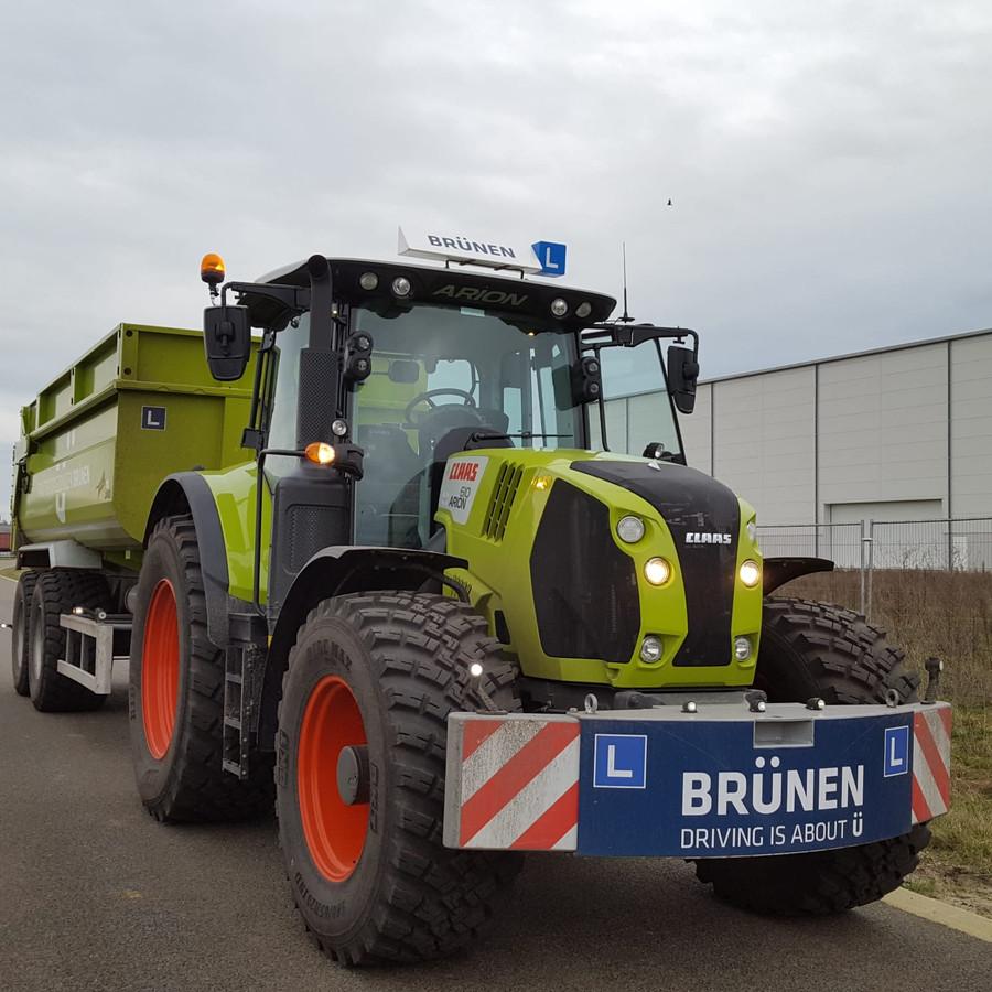 Met een tractor die speciaal is aangepast voor rijlessen, gaat instructeur Peter Dunhoft van Verkeerschool Brünen met zijn leerlingen de weg op.