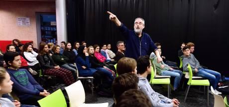 Schrijver Ronald Giphart geeft les op Jan Tinbergen College, 'Van lezen word je slimmer.'
