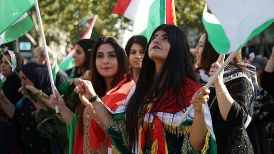 Feestvierende Koerden na uitslag van het referendum.