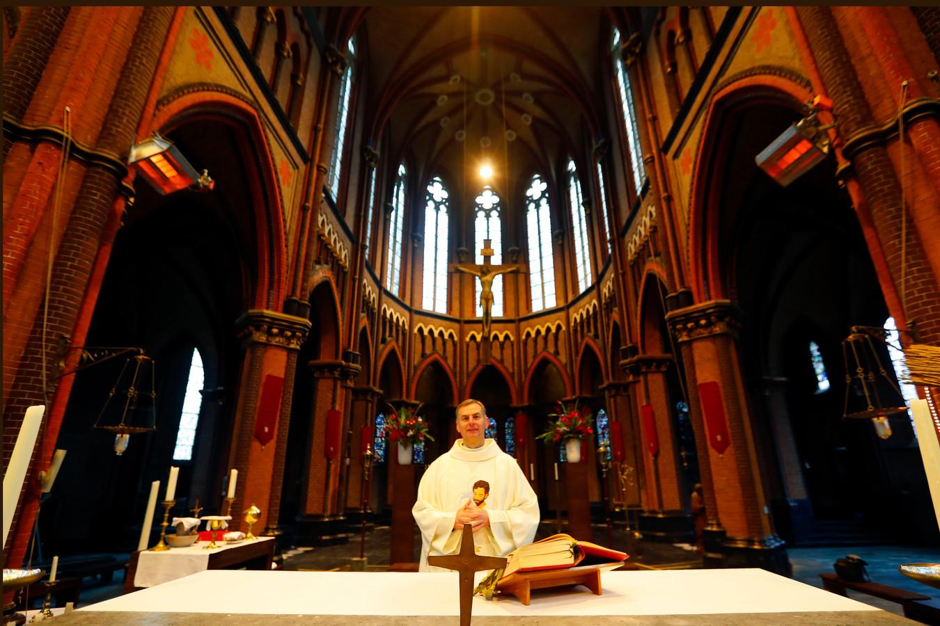Pastoor Krzysztof Obiedzinski in de Sint-Trudokerk in Eindhoven.
