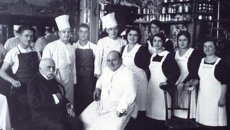 Auguste Escoffier in het zwart, de kok van de prinsen en prins van de koks Beeld ANP