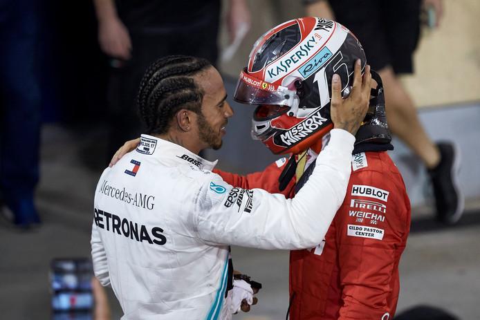 Lewis Hamilton met een vaderlijk gebaar voor Charles Leclerc.