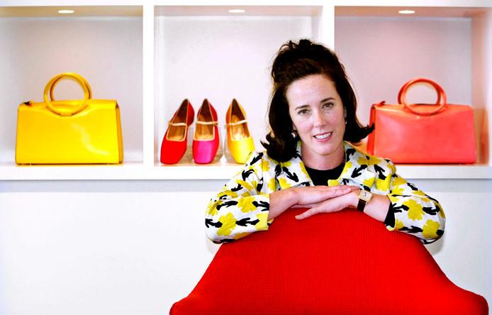 Kate Spade met haar handtassen en schoenen in 2004.