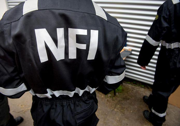 Een medewerker van het NFI.