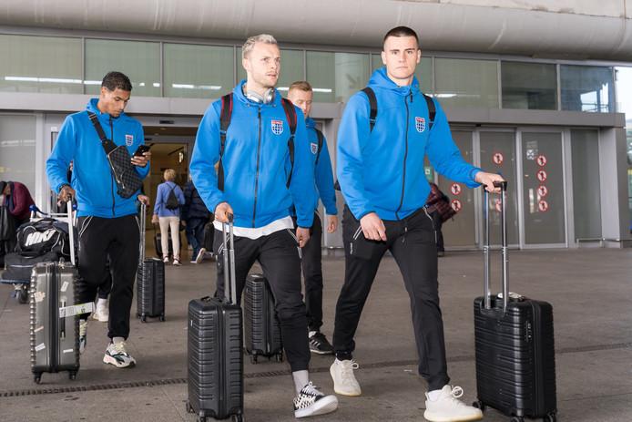Spelers van PEC op het vliegveld van Malaga. De selectie keerde zaterdagavond terug in Zwolle na het jaarlijkse winterkamp in de Spaanse provincie Andalusië.